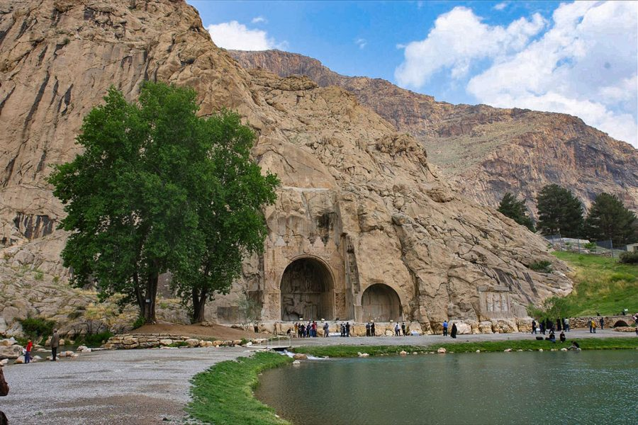 Kermanshah is een overwegend Koerdische stad. De opgravingen van Taghe Bostan alwaar de Sasanidische koningen hun militaire overwinningen, voornamelijk op de Romeinen, in rotsreliлfs lieten vereeuwigen.